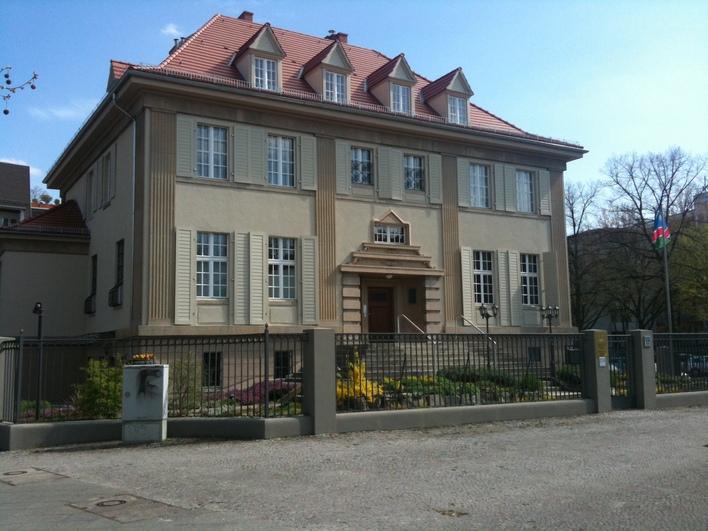 In diesem Gebäude in der Reichsstraße 17 befindet sich heute die Botschaft von Namibia, in den 90er Jahren wurde es von Hertha BSC als Geschäftsstelle genutzt.