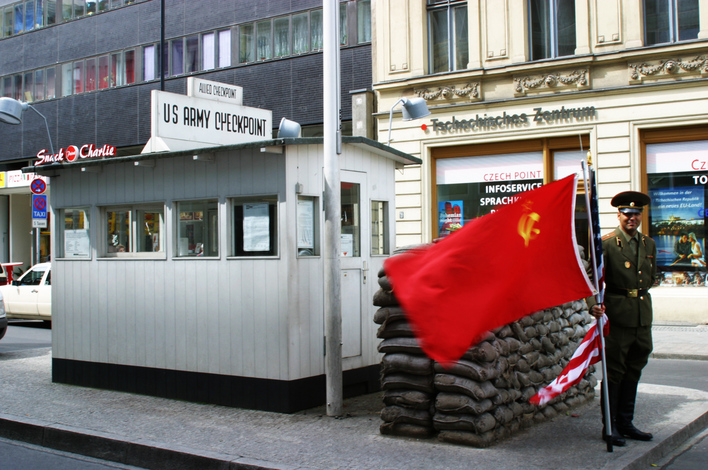 checkpoint charlie sehensw rdigkeiten in berlin kreuzberg kauperts. Black Bedroom Furniture Sets. Home Design Ideas