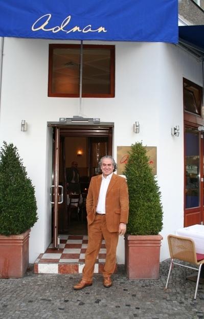 Promi-Wirt Adnan vor seinem gleichnamigen Restaurant