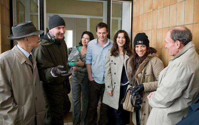 """Setbesprechung mit dem Regisseur, dem Cast und Dr. Alice Brauner zur letzten Szene """"Alles wird gut"""" zu """"So ein Schlamassel"""""""