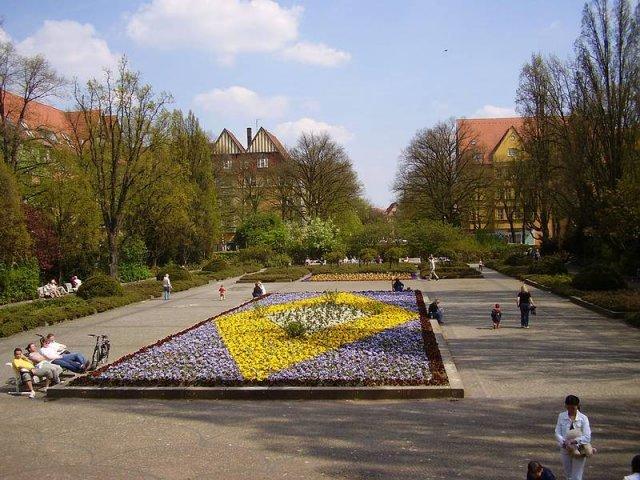 Der Rüdesheimer Platz ist der Mittelpunkt des Rheingau-Viertels