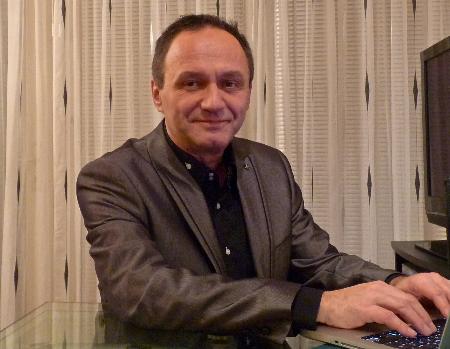 Lothar Hillert in seinem Büro in Berlin-Prenzlauer Berg