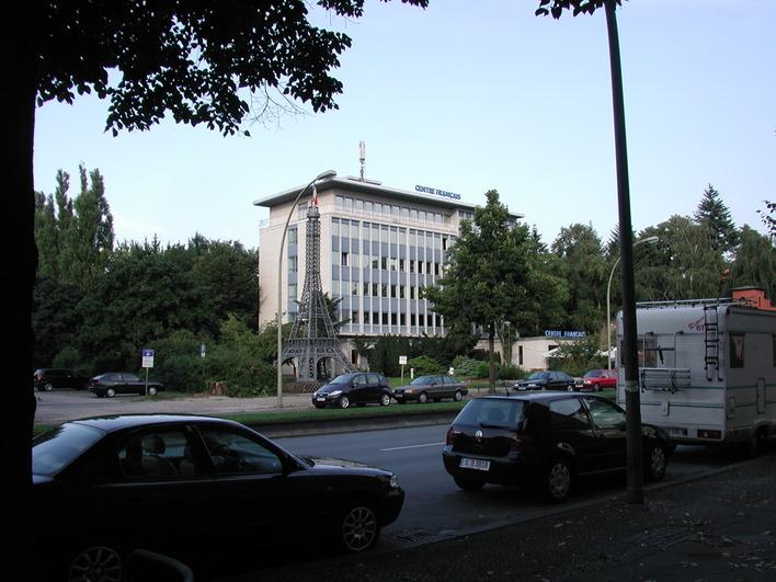 Das Hotel liegt im hinteren Bereich des Centre Francais