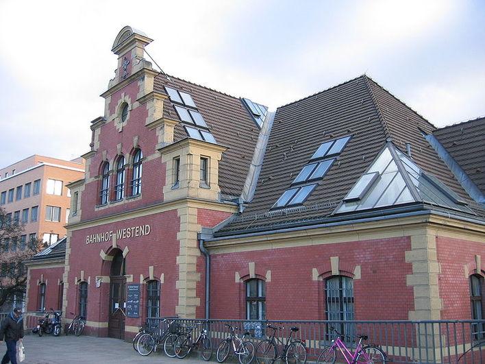 Der Hauptsitz der psg property service group befindet sich im historischen Bahnhofsgebäude Westend
