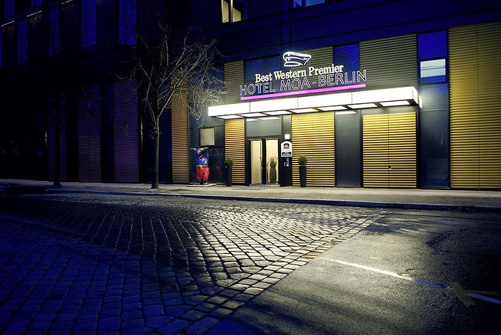 Eingang zum Hotel Moa Berlin von der Straße aus gesehen
