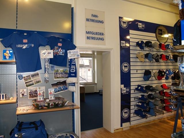 Kümmert sich um die Belange der Hertha-Fans und -Mitglieder: Das neue Info-Center von Hertha BSC direkt im Hertha BSC Fanshop in der Geschäftsstelle.