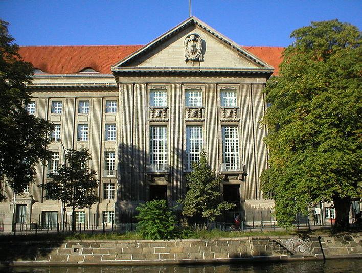 Das deutsche Bundesministerium für Verteidigung; Eingangsportal am Ufer des Landwehrkanals
