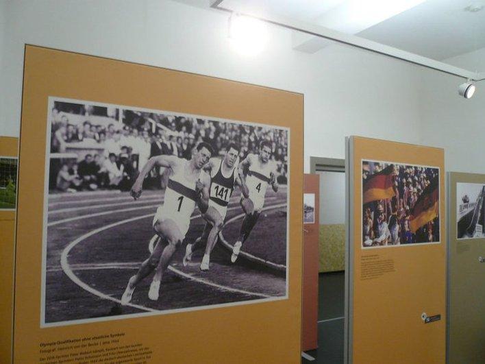 """Das Zentrum deutsche Sportgeschichte geht mit der Ausstellung """"Ästhetik und Politik. Deutsche Sportfotografie im Kalten Krieg"""" auf Wanderschaft."""