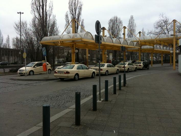 Taxihalteplatz am ZOB (Busbahnhof)
