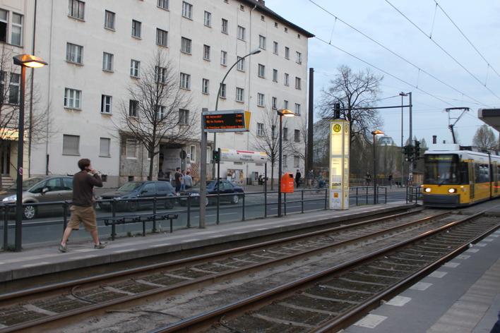 Tram-Haltestelle am S-Bahnhof Prenzlauer Allee