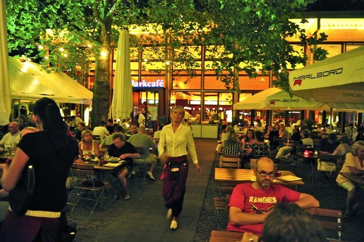 Parkcafé am Fehrbelliner Platz - Garten nachts