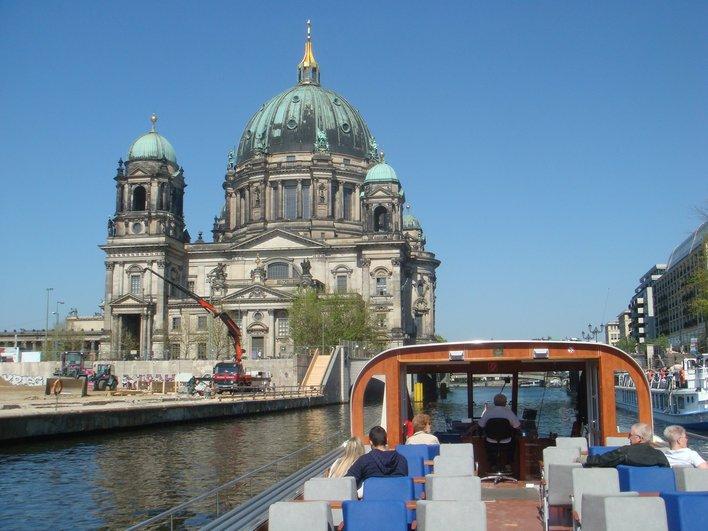 Im Cabrioschiff mit 180-Grad-Rundumblick die Sehenswürdigkeiten von Berlin genießen.