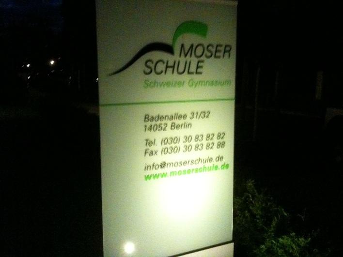 Moser-Schule, Schild am Abend