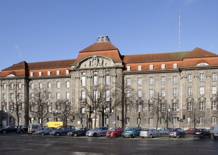 Bei der Berliner Polizei gibt es einen Ansprechpartner für gleichgeschlechtliche Lebensweisen: LKA Präv 41.