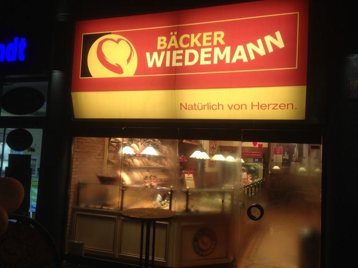 Bäcker Wiedemann am Adenauerplatz morgens um 6.20 Uhr