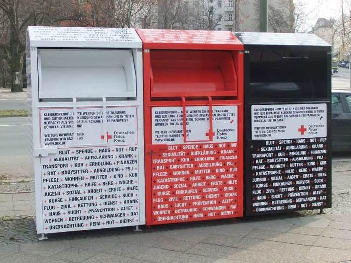 Altkleidercontainer in der Straße der Pariser Kommune