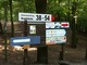 Hinweisschilder auf der Halbinsel Pichelswerder für die Gewerbetreibenden am Siemenswerderweg